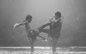 Deux enfants pratiquant la boxe thaïlandaise les pides dans l'eau